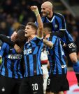Romelu Lukaku celebra con sus compañeros uno de los goles del Inter de Milán frente al Génova. (Foto Prensa Libre: EFE).