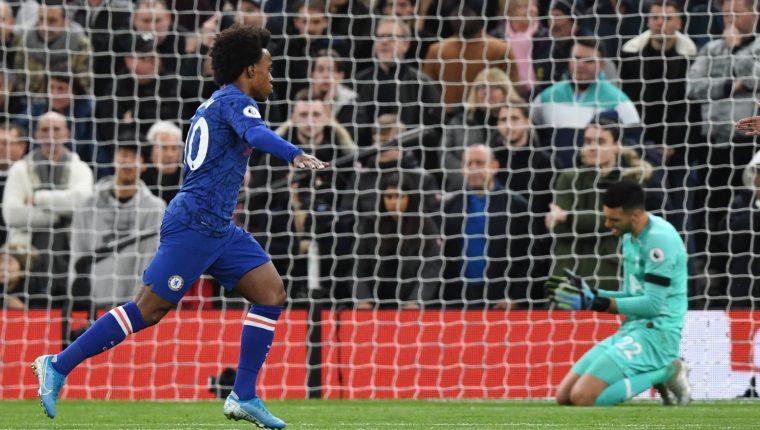 Willian, del Chelsea, celebra uno de los goles contra el Tottenham. (Foto Prensa Libre: EFE)- .