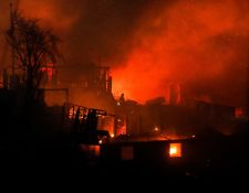Más de un centenar de viviendas han quedado consumidas por las llamas en un incendio forestal que alcanzó el martes último un sector poblado de la ciudad costera de Valparaíso. (Foto Prensa Libre: EFE)