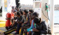 GRAF4366. MELILLA, 26/12/2019.- Salvamento Marítimo traslada a Melilla a los últimos 30 inmigrantes que llegaron de forma irregular a las islas Chafarinas en Nochebuena, después de efectuar ayer un primer desplazamiento de un grupo conformado por 28 personas. EFE/F. G. Guerrero