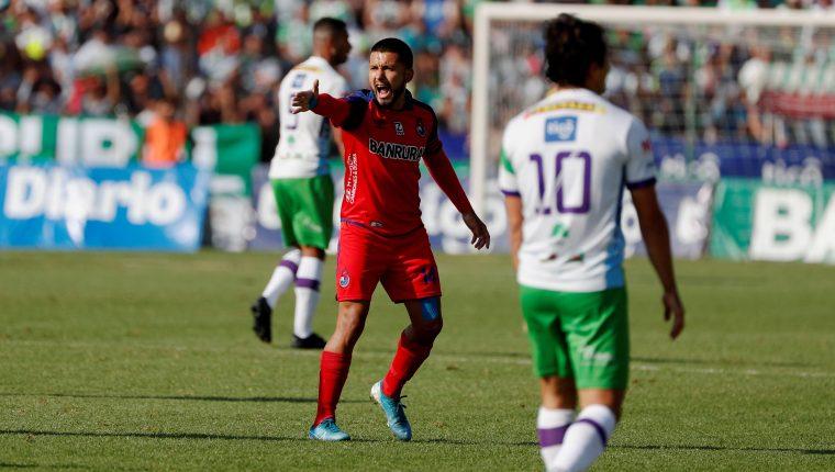 El mediocampista rojo Jaime Alas todavía no sabe si podrá jugar el domingo. (Foto Prensa Libre: EFE)