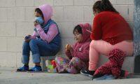 """AME8461. CIUDAD JUÁREZ (MÉXICO), 27/12/2019.- Un grupo de personas centroamericanas descansan este viernes, en el Albergue Federal Leona Vicario, en la fronteriza Ciudad Juárez, en el estado de Chihuahua (México). Las autoridades de salud del estado mexicano de Chihuahua informaron este viernes de 72 casos de varicela en un centro integrador de migrantes en Ciudad Juárez, en la frontera de México con El Paso, Estados Unidos. Los casos fueron registrados por el área de epidemiología de la Secretaría de Salud del estado en el Centro de migrantes """"Leona Vicario"""", explicaron las autoridades en un comunicado de prensa divulgado a los medios. EFE/ Luis Torres"""