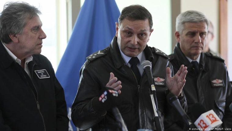 El jefe de la Fuerza Aérea de Chile, Arturo Merino (centro), durante la rueda de prensa en Punta Arenas. A la izquierda, el ministro de Defensa, Alberto Espina, y a la derecha el comandante de la misión de rescate, general Cristian Pizarro. (12.12.2019)