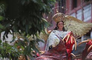 La Virgen sale de la iglesia y enfila sobre el Paso de la Sexta Avenida, zona 1. Foto Prensa Libre: Óscar Rivas