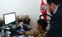 Tomasito también pidió ocupar por un momento el despacho del embajador. (Foto: Embajada de Costa Rica)