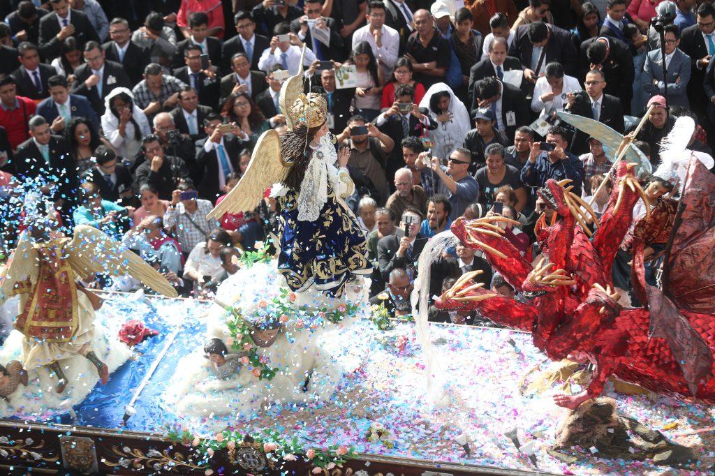 A su paso frente a Catedral Metropolitana, cientos de personas buscaron ver a la Virgen de la Inmaculada Concepción. Foto Prensa Libre: Óscar Rivas