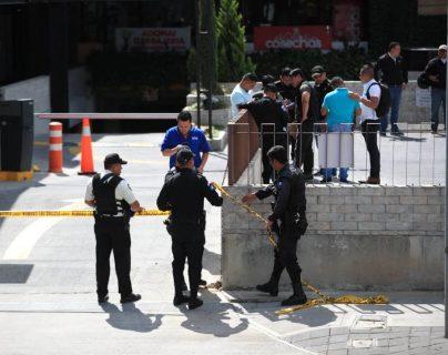 Agentes de la PNC resguardan un centro comercial en la zona 10, donde se generó una alerta por un supuesto asalto. (Foto Prensa Libre: Carlos Ovalle)