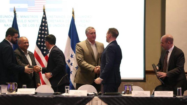 Funcionarios de seguridad de Estados Unidos, Guatemala, El Salvador y Honduras se despiden luego de la reunión en Guatemala. (Foto Preensa Libre: Miriam Figueroa)
