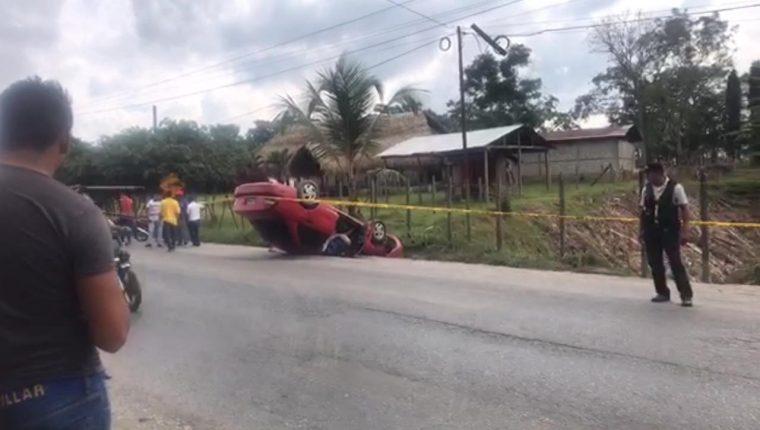 Un hombre aún no identificado fue ultimado a balazos en el kilómetro 200, Los Amates, Izabal. (Foto Prensa Libre: Dony Stewart)