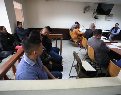Los tres implicados y sus familiares escuchan la confirmación del juez del Tribunal Segundo de repetir el juicio. (Foto Prensa Libre: Carlos Hernández)