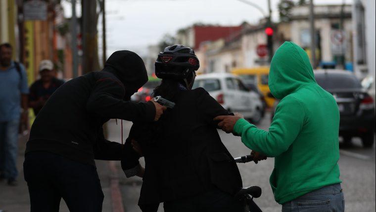 Ciclistas denuncian que los asaltos a mano armada en la ciudad y en la montaña van en incremento. Foto Prensa Libre: Kenneth Cruz.