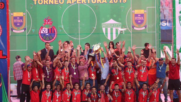 Municipal levantó la copa en el Doroteo Guamuch Flores. (Foto Prensa Libre: Norvin Mendoza)