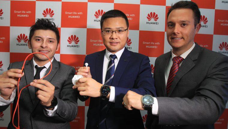 Ejecutivos de Huawei Guatemala muestran los nuevos accesorios. Foto Prensa Libre: Norvin Mendoza