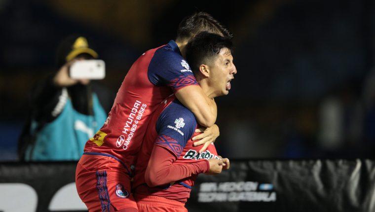 Alejandro 'Gambeta' Díaz celebra el gol que hizo en el Clásico 309. (Foto Prensa Libre: Norvin Mendoza)