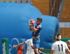 El portero juvenil Kenderson Navarro evita el ataque de la delantera crema. Foto Prensa Libre: Norvin Mendoza