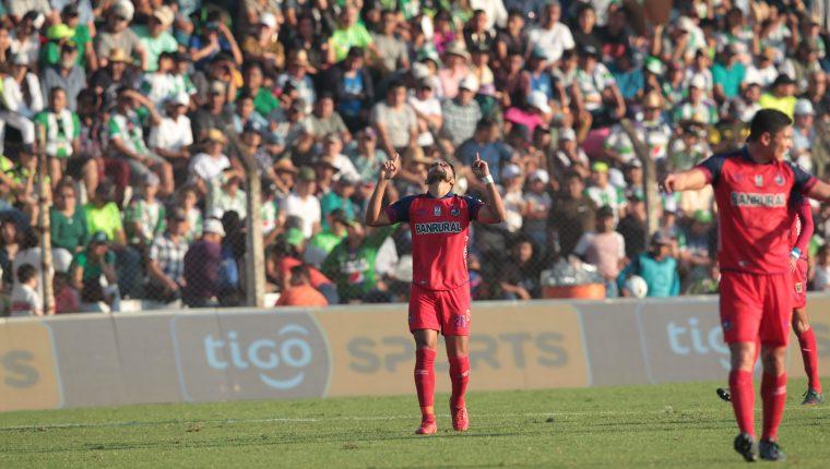 Rudy Barrientos celebra el gol que le dio el triunfo a Municipal en Antigua. (Foto Prensa Libre: Norvin Mendoza)