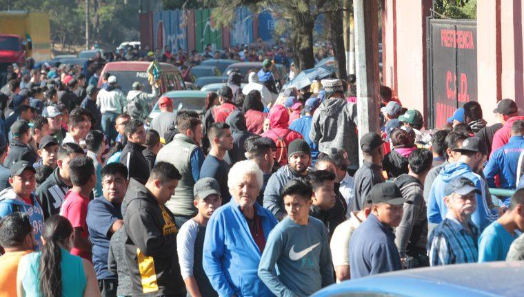 Largas colas de aficionados se observaron durante toda la mañana y parte de la tarde en el Manuel Felipe Carrera. (Foto Prensa Libre: Norvin Mendoza)