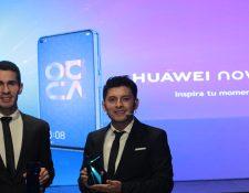 Representantes de Huawei Guatemala mostraron el nuevo Smartphone. Foto Prensa Libre: Norvin Mendoza