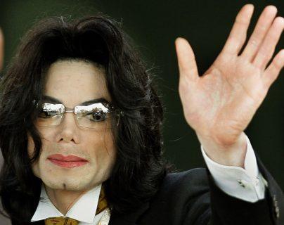 En esta foto de archivo tomada el 3 de junio de 2005, Michael Jackson saluda cuando llega al juzgado del condado de Santa Bárbara en Santa María, California. (Foto Prensa Libre: AFP)