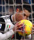 Cristiano Ronaldo besa el balón para celebrar un gol en la liga italiana. (Foto Prensa Libre: AFP)