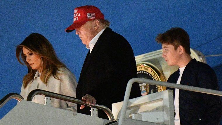 Donald Trump, la primera dama Melania Trump y su hijo Barron bajan del Air Force One a su llegada a la Base Andrews de la Fuerza Aérea, Maryland. (Foto Prensa Libre: EFE)