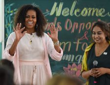 La ex primera dama estadounidense Michelle Obama habla con estudiantes vietnamitas en el distrito de Can Giuoc, provincia de Long An. (Foto Prensa Libre: AFP)