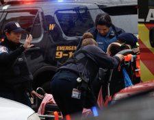 Una mujer herida en el ataque armado recibe atención médica. (Foto Prensa Libre: AFP).