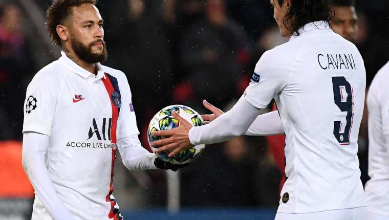 Neymar permitió que su compañero Cavani cobrara el tiro penalti. (Foto Prensa Libre: AFP)