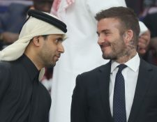 David Beckham (derecha) dialoga con Nasser al-Khelaifi. (Foto Prensa Libre: AFP )