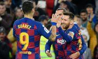 Lionel Messi celebra junto Suárez y Griezmann al anotar en el partido contra el Deportivo Alaves. (Foto Prensa Libre: AFP).