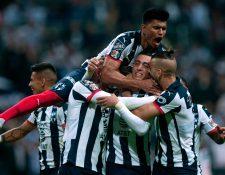 Rogelio Funes Mori (C) celebra con sus compañeros el triunfo de Monterrey. (Foto Prensa Libre: AFP)