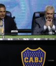 El presidente Jorge Amor Ameal (D) aplaude la presentación de  Miguel Angel Russo como entrenador del Boca Juniors. (Foto Prensa Libre: AFP)