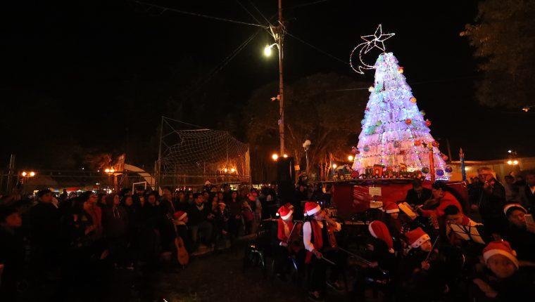 Decenas de vecinos se reunieron en el parque El Calvario para presenciar el encendido del árbol navideño que hicieron los pobladores. (Foto Prensa Libre: María Longo)