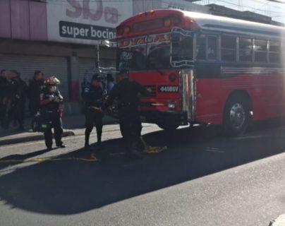 Bus de la ruta 22 que fue atacado a balazos en Mixco. (Foto Prensa Libre: Cortesía comuna de Mixco).