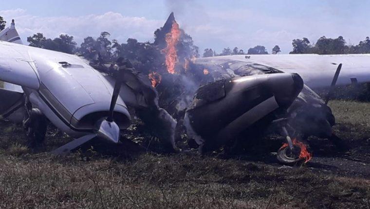 Avioneta destruida por autoridades en pista clandestina de El Estor. (Foto Prensa Libre: PNC).