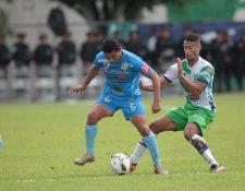 Juan Carlos Silva de Sanarate pelea el balón con Marco Domínguez de Antigua. (Foto Prensa Libre: Norvin Mendoza)