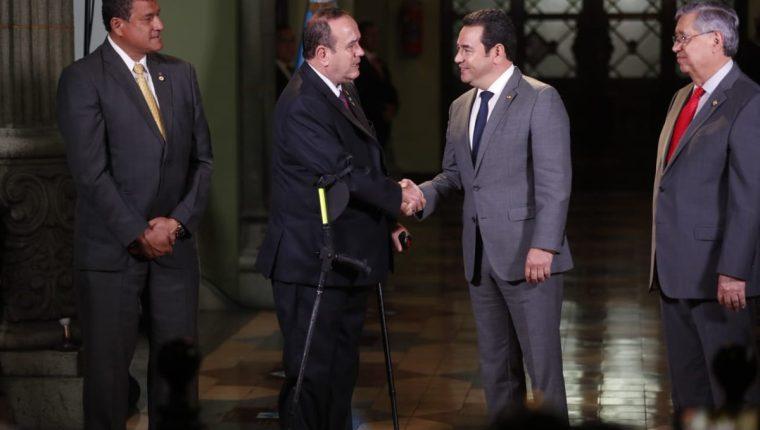 Alejandro Giammattei recibe un país con altas tasas de violencia y una corrupción fuera de control. En esta foto saluda al presidente saliente, Jimmy Morales. (Foto Prensa Libre: Hemeroteca)