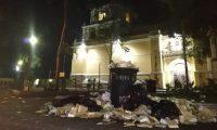 Grandes cantidades de basura, principalmente de duroport, se acumulan cada noche frente a la iglesia de La Merced, en Antigua Guatemala. (Foto Prensa Libre: César Pérez)