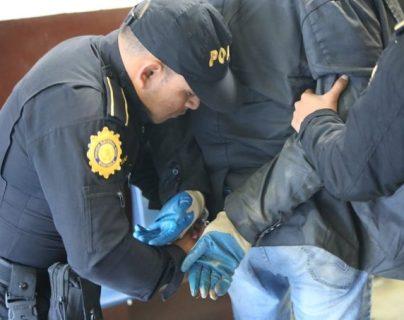 Un hombre que viajaba en motocicleta, en Ciudad San Cristóbal, es sospechoso de haber causado la muerte de una persona. (Foto Prensa Libre: PNC)