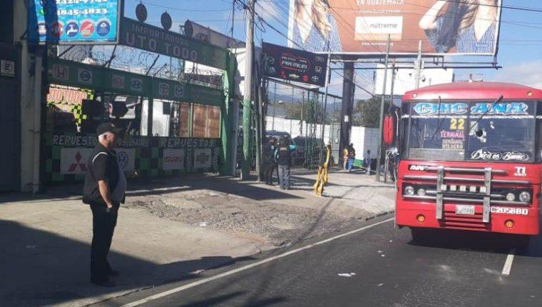 Un autobús de la ruta 22 fue atacado a balazos por extorsionistas en la calzada San Juan. (Foto Prensa Libre: Municipalidad de Mixco)