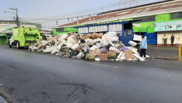 Trabajadores de la comuna capitalina recogen basura en la ciudad de Guatemala. (Foto Prensa Libre: Cortesía Municipalidad de Guatemala).