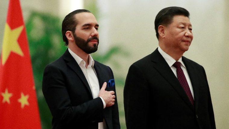 El presidente de El Salvador, Nayib Bukele y el presidente chino, Xi Jinping,  durante una ceremonia de bienvenida en el Gran Salón del Pueblo en Beijing, China. (Foto Prensa Libre: EFE).