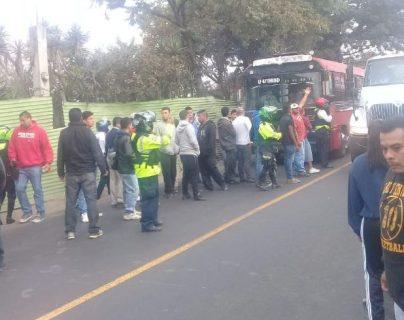 Usuarios se ven afectados por el paro de buses de la ruta 22 en Mixco. (Foto Prensa Libre: Roger Escalante).