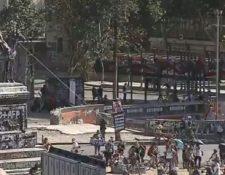 Los manifestantes intentaron derribar el monumento de Manuel Baquedano. (Foto Prensa Libre: Twitter)