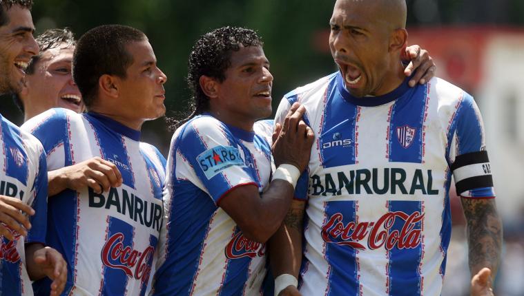 Gustavo Betancur se caracterizaba por ser aguerrido dentro de la cancha. (Foto Prensa Libre: Hemeroteca PL)