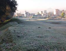 Así amaneció el municipio de Salcajá con escarcha sobre la grama. (Foto Prensa Libre: Cortesía DeSalca)