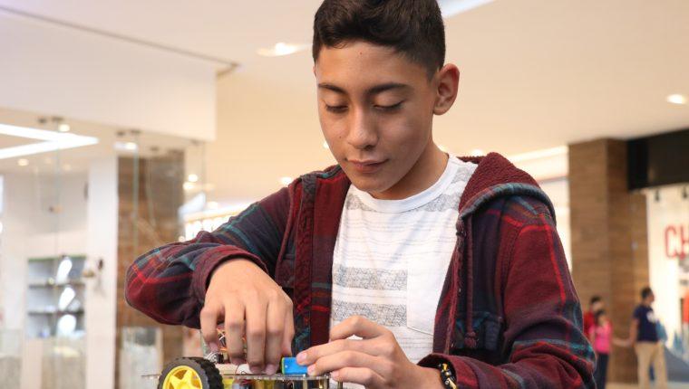 Los niños hicieron exhibición de sus inventos al público que asistió a la exposición. (Foto Prensa Libre: Raúl Juárez)