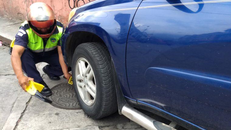 Los cepos son una medida tomada para orden a los vehículos que se estacionan en lugares prohibidos. (Foto Prensa Libre: Raúl Juárez)