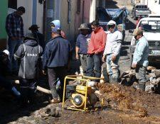 Trabajadores de Emax iniciaron con la reparación y esperan que el servicio de agua potable se restablezca este viernes 20 de diciembre. (Foto Prensa Libre: Raúl Juárez)