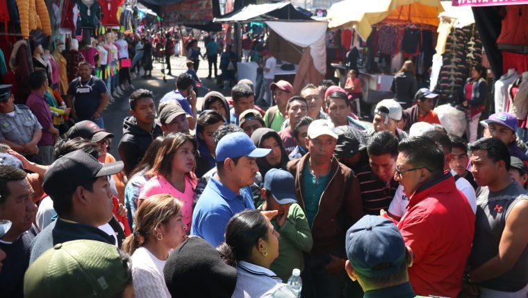Vendedores exponen su postura a las autoridades que decidieron retirarlos de las calles. (Foto Prensa Libre: Raúl Juárez)